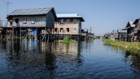 Những ngôi làng nổi trên mặt nước ở Myanmar - Ảnh 2.