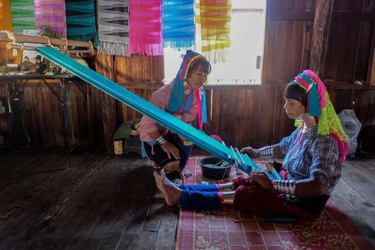 Những ngôi làng nổi trên mặt nước ở Myanmar - Ảnh 4.