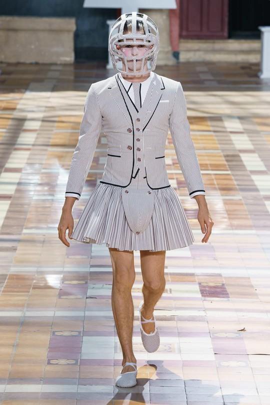 Nam giới mặc xuyên thấu và xu hướng gây chú ý trên sàn diễn - Ảnh 10.