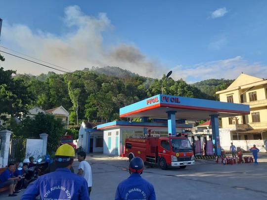 Clip: Núi Hồng Lĩnh thành biển lửa, di dời dân khẩn cấp - Ảnh 4.