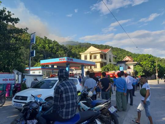 Clip: Núi Hồng Lĩnh thành biển lửa, di dời dân khẩn cấp - Ảnh 5.
