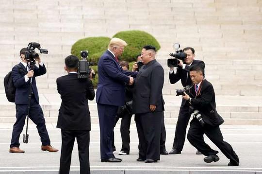 Toàn cảnh chuyến thăm của ông Trump tới DMZ - Ảnh 1.