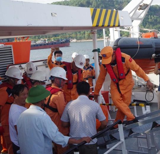 Vụ chìm tàu ở biển Bạch Long Vĩ: Bàn giao thi thể thuyền viên gặp nạn cho gia đình mai táng - Ảnh 1.
