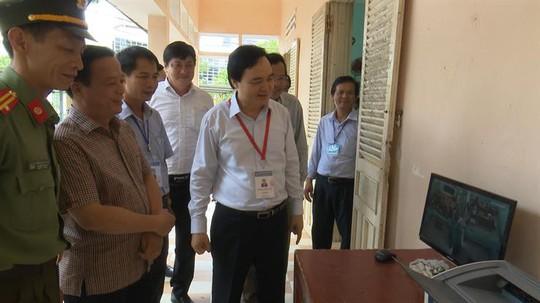 Bộ trưởng Phùng Xuân Nhạ trực tiếp thanh tra chấm thi tại Bình Định - Ảnh 1.