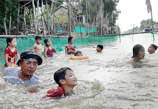 Anh Nhiều dạy trẻ học bơi miễn phí - Ảnh 1.