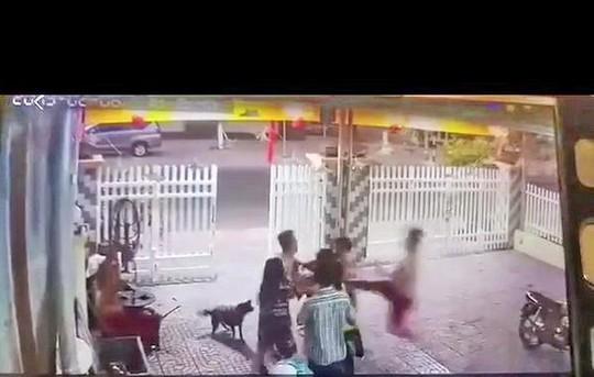 Khoi to 2 cuu chien si cong an danh hang xom nhap vien