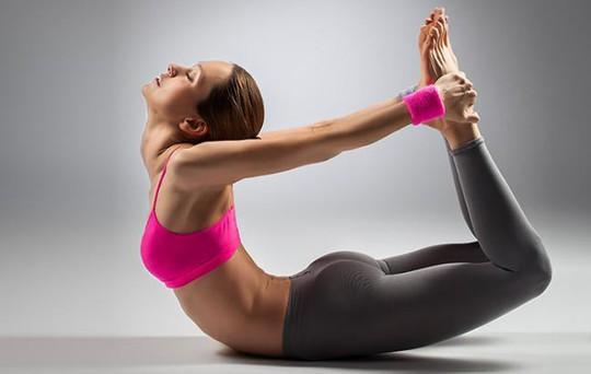3 bài tập yoga buổi tối giúp giảm đau vai gáy nhanh chóng - Ảnh 1.