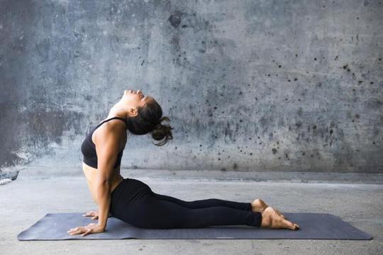 3 bài tập yoga buổi tối giúp giảm đau vai gáy nhanh chóng - Ảnh 2.