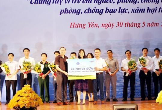 Trao tặng 44.709 ly sữa cho trẻ em Hưng Yên - Ảnh 1.