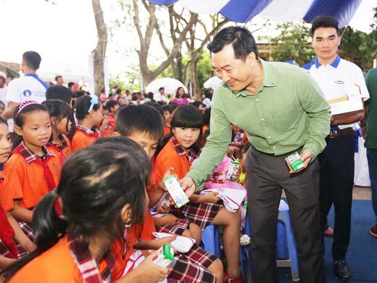 Trao tặng 44.709 ly sữa cho trẻ em Hưng Yên - Ảnh 2.