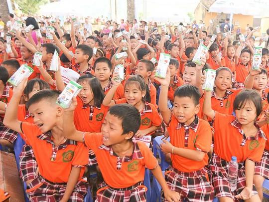 Trao tặng 44.709 ly sữa cho trẻ em Hưng Yên - Ảnh 3.