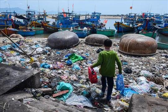 Hãy cứu biển - Triển lãm ảnh đầu tiên về rác thải nhựa ở Việt Nam - Ảnh 1.