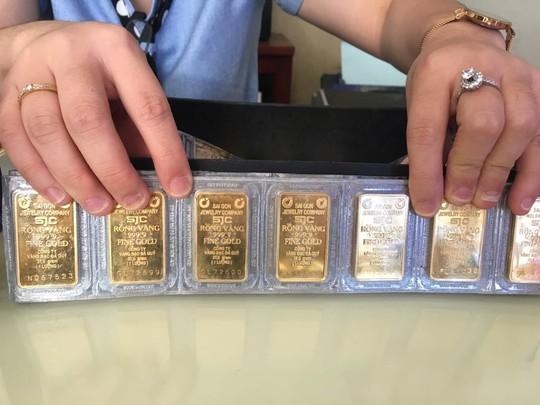 Giá vàng SJC tăng gần 1 triệu đồng mỗi lượng - Ảnh 1.