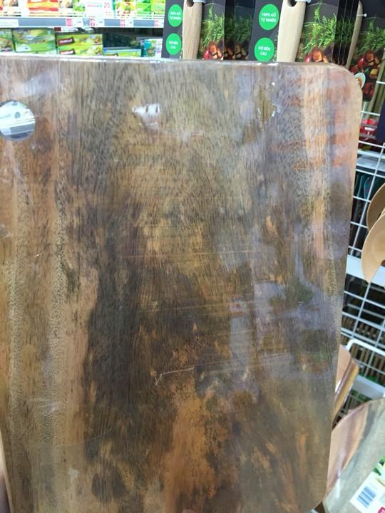 Siêu thị nói gì khi bị khách hàng tố bán thớt gỗ ố, mốc? - Ảnh 2.