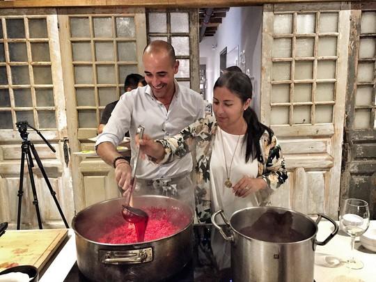 """Đầu bếp nổi tiếng thế giới trổ tài nấu món """"phở chọc trời"""" tại Vinpearl Luxury Landmark 81 - Ảnh 2."""