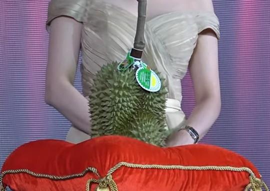 Sốc với trái sầu riêng được bán với giá 1,12 tỉ đồng - Ảnh 1.