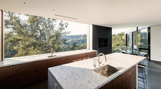 Nằm ở hẻm núi, ngôi nhà gây ngạc nhiên nhờ kết cấu đặc biệt - Ảnh 9.
