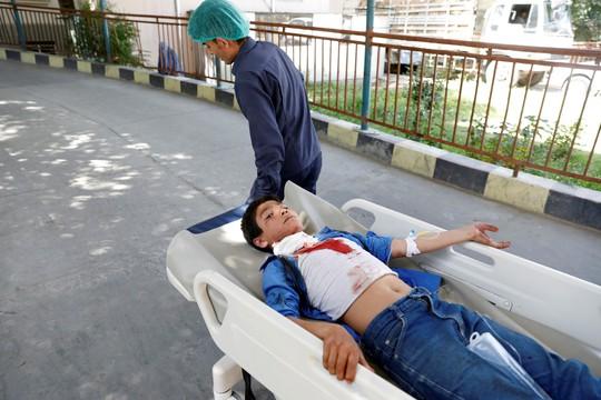 Đánh bom kinh hoàng, trẻ em bị thương la liệt - Ảnh 4.