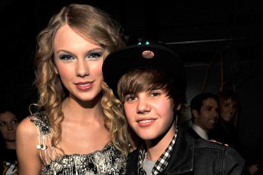 Taylor Swift tố quản lý bắt nạt và âm mưu thao túng - Ảnh 3.  Taylor Swift tố quản lý bắt nạt và âm mưu thao túng swift bieber 2009 1200 800 1561965721561421377942