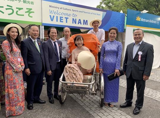 Duyên dáng áo dài Việt tại Lễ hội Việt Nam ở Nhật - Ảnh 2.