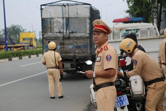 Ra 3 ngã tư lớn canh vài ngày, CSGT  đã hốt hàng trăm tài xế container - Ảnh 2.