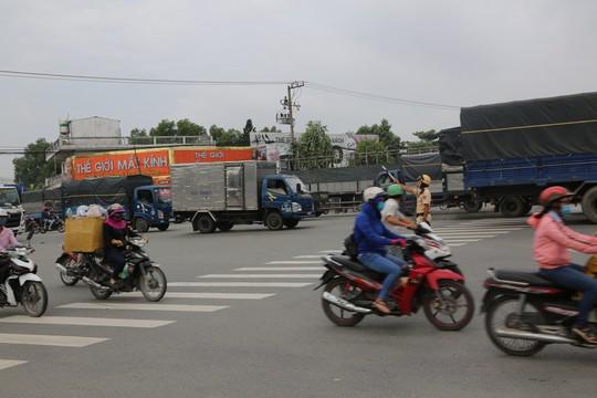 Ra 3 ngã tư lớn canh vài ngày, CSGT  đã hốt hàng trăm tài xế container - Ảnh 3.
