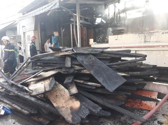 Điều tra nguyên nhân 1 cơ sở kinh doanh gỗ ở quận 12 bùng cháy lúc rạng sáng - ảnh 1