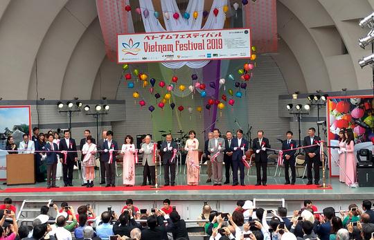 Duyên dáng áo dài Việt tại Lễ hội Việt Nam ở Nhật - Ảnh 1.
