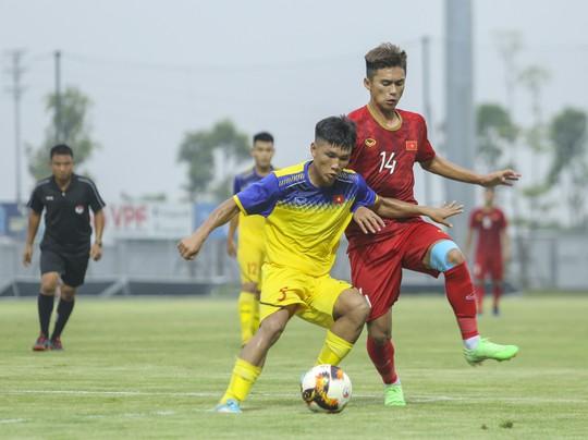 U22 Việt Nam đánh bại đàn em U18 Việt Nam, Martin Lo ghi điểm với HLV Park Hang-seo - Ảnh 4.