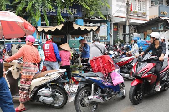 Người Sài Gòn phát sốt với xôi vò nguyên múi sầu riêng khủng - Ảnh 2.