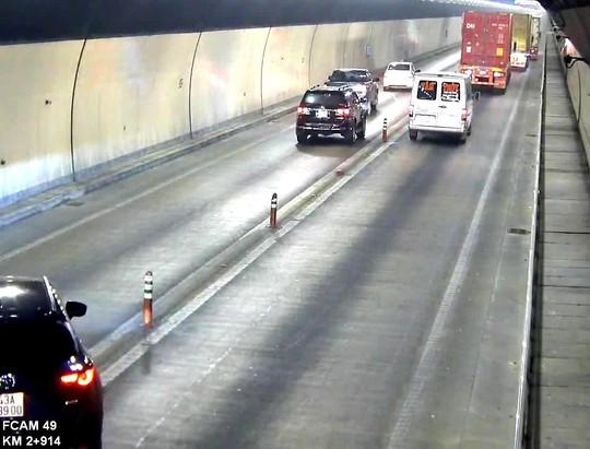Bất chấp nguy hiểm, nhiều xe ô tô vượt ẩu trong hầm Hải Vân - Ảnh 2.