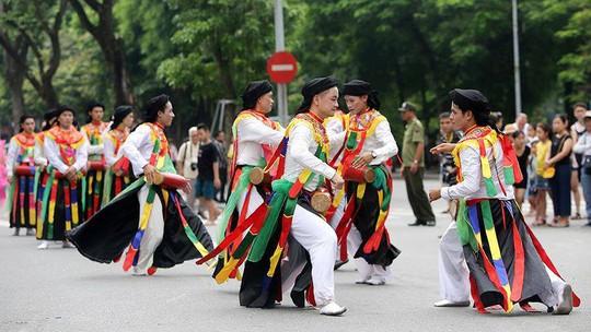 Hà Nội: Biểu diễn múa dân gian Con đĩ đánh bồng trong lễ hội đường phố - Ảnh 1.