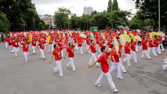 Hà Nội: Biểu diễn múa dân gian Con đĩ đánh bồng trong lễ hội đường phố - Ảnh 2.