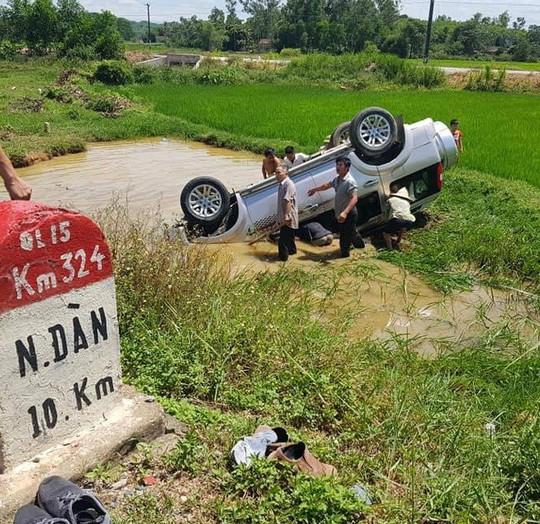 Xe ô tô 7 chỗ lao xuống hố nước, 6 người họ hàng thương vong - Ảnh 1.
