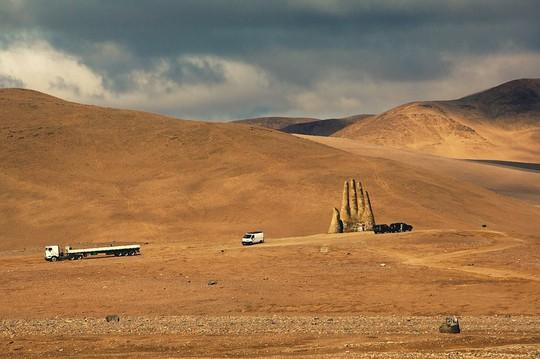 Check-in 'cực đỉnh' cùng bàn tay khổng lồ mọc giữa sa mạc - Ảnh 2.