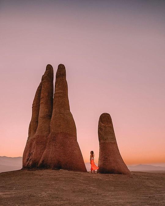 Check-in 'cực đỉnh' cùng bàn tay khổng lồ mọc giữa sa mạc - Ảnh 11.