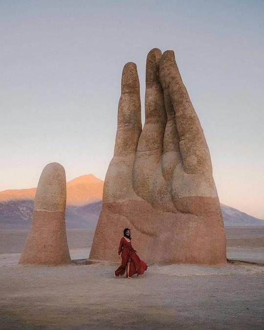 Check-in 'cực đỉnh' cùng bàn tay khổng lồ mọc giữa sa mạc - Ảnh 12.