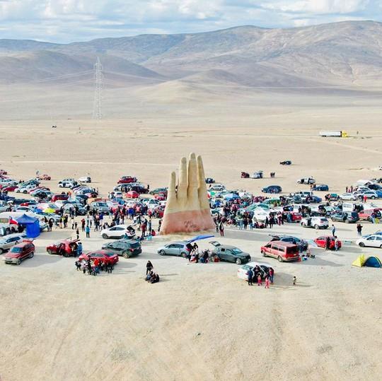 Check-in 'cực đỉnh' cùng bàn tay khổng lồ mọc giữa sa mạc - Ảnh 14.