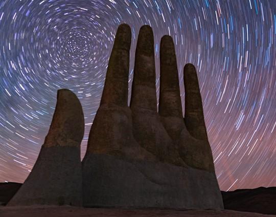 Check-in 'cực đỉnh' cùng bàn tay khổng lồ mọc giữa sa mạc - Ảnh 15.