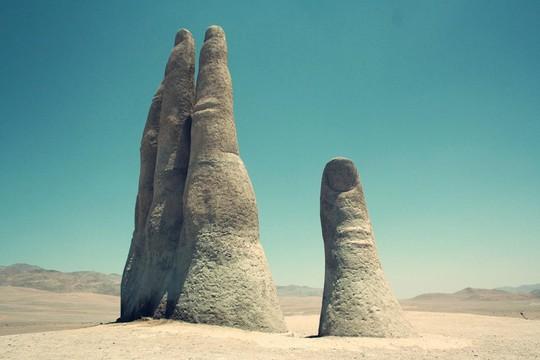 Check-in 'cực đỉnh' cùng bàn tay khổng lồ mọc giữa sa mạc - Ảnh 3.
