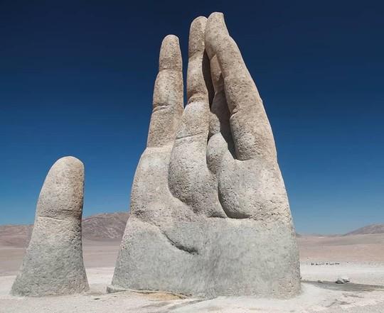 Check-in 'cực đỉnh' cùng bàn tay khổng lồ mọc giữa sa mạc - Ảnh 5.