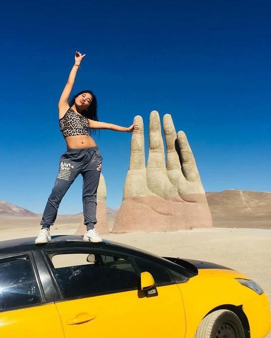 Check-in 'cực đỉnh' cùng bàn tay khổng lồ mọc giữa sa mạc - Ảnh 6.