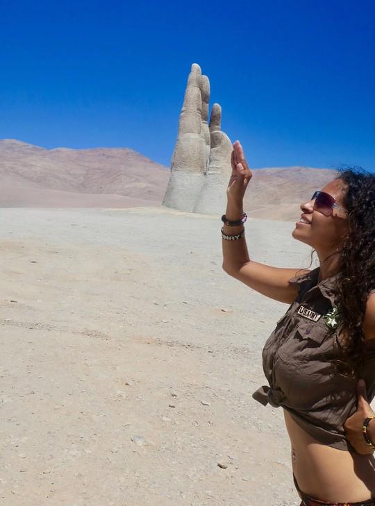 Check-in 'cực đỉnh' cùng bàn tay khổng lồ mọc giữa sa mạc - Ảnh 7.