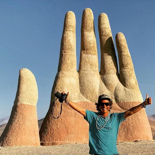 Check-in 'cực đỉnh' cùng bàn tay khổng lồ mọc giữa sa mạc - Ảnh 9.