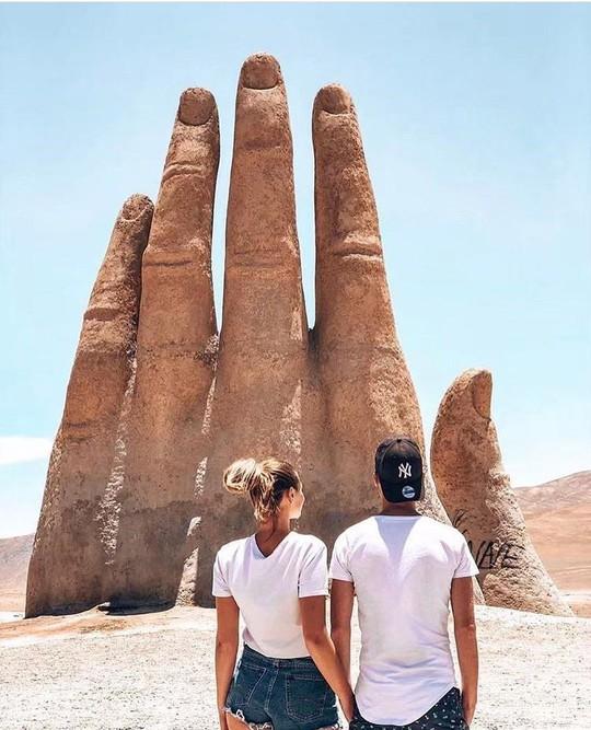 Check-in 'cực đỉnh' cùng bàn tay khổng lồ mọc giữa sa mạc - Ảnh 10.