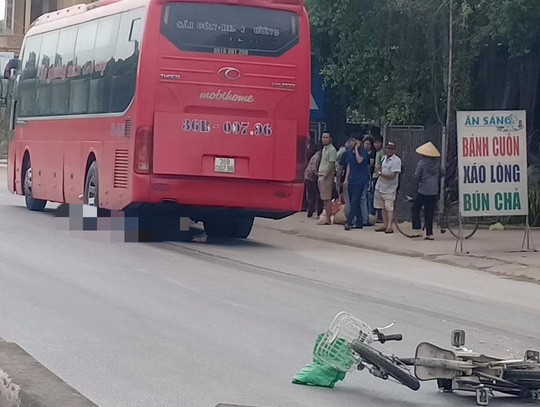 Xe khách cán chết người đàn ông 80 tuổi đi xe đạp điện rồi kéo lê 20 m - Ảnh 1.
