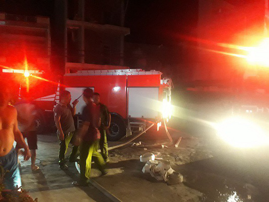 Trắng đêm dập lửa trong đám cháy giữa nội thành Quy Nhơn - Ảnh 1.