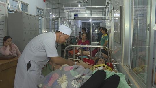 Hàng trăm người nhập viện sau khi dự tiệc cưới - Ảnh 1.