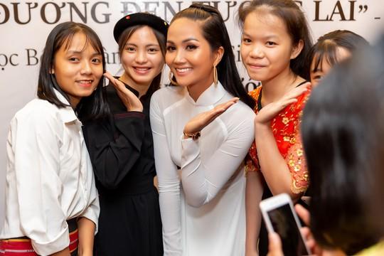Hoa hậu H'hen Niê gây ấn tượng với hình ảnh khác lạ - Ảnh 5.