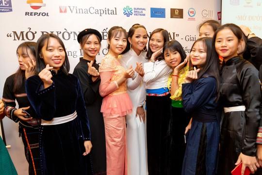 Hoa hậu H'hen Niê gây ấn tượng với hình ảnh khác lạ - Ảnh 4.